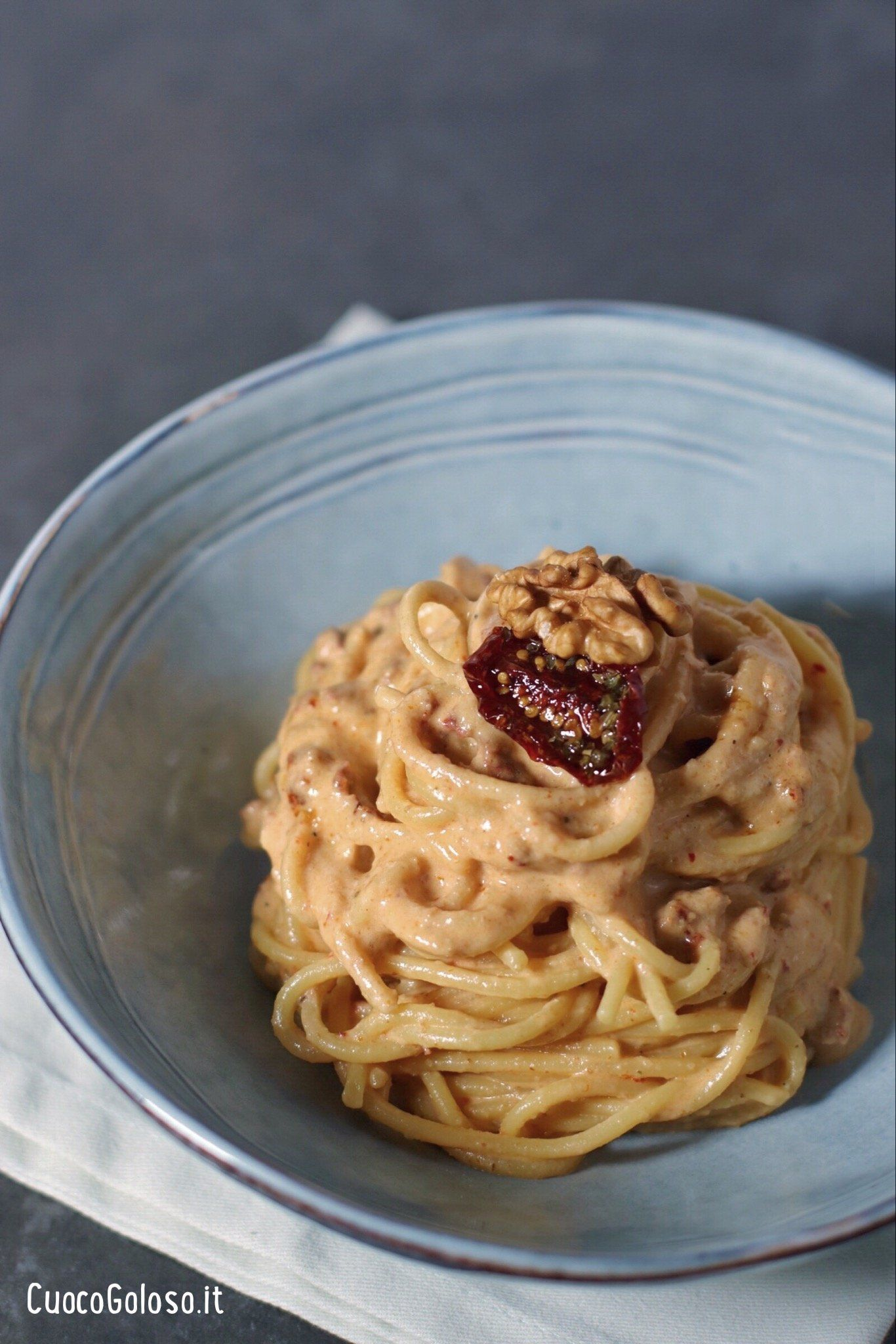 Spaghetti con Pesto di Noci e Pomodori Secchi