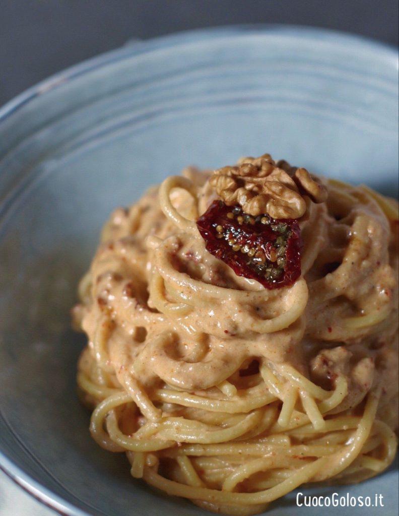 7C9B6C01-870C-4EF3-8B0D-469E569AB81C-e1587390288349-792x1024 Spaghetti con pesto di Noci e Pomodori Secchi
