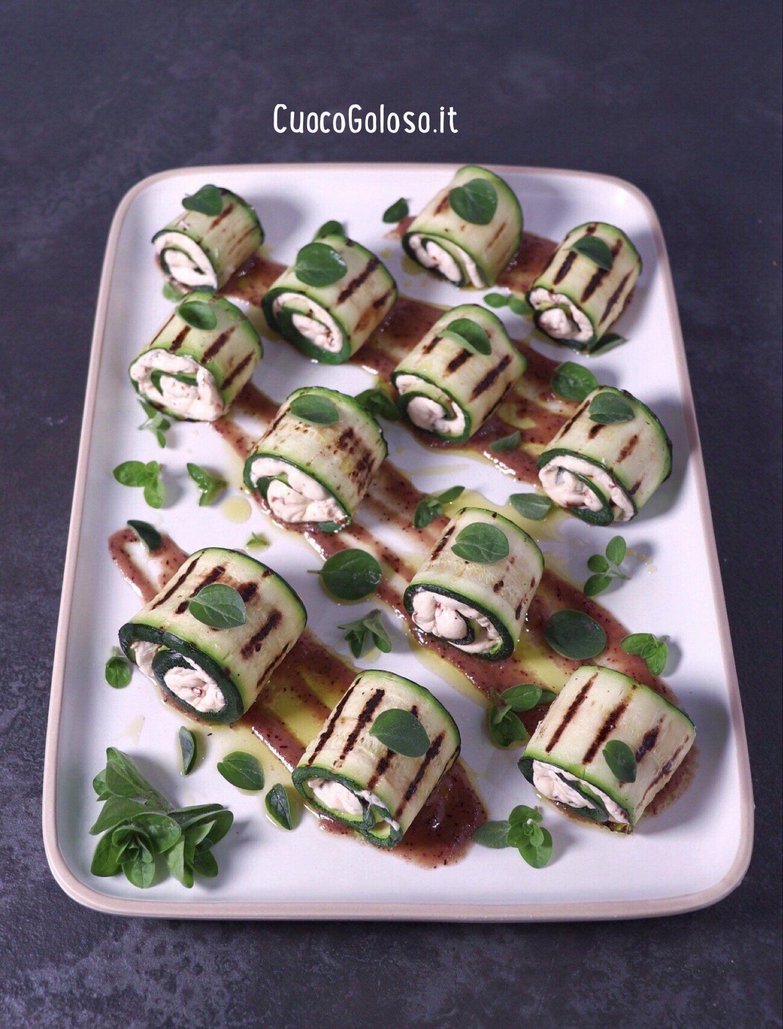 Involtini di Zucchine con Robiola, Pomodori Secchi e Origano Fresco con Salsa ai Mirtilli