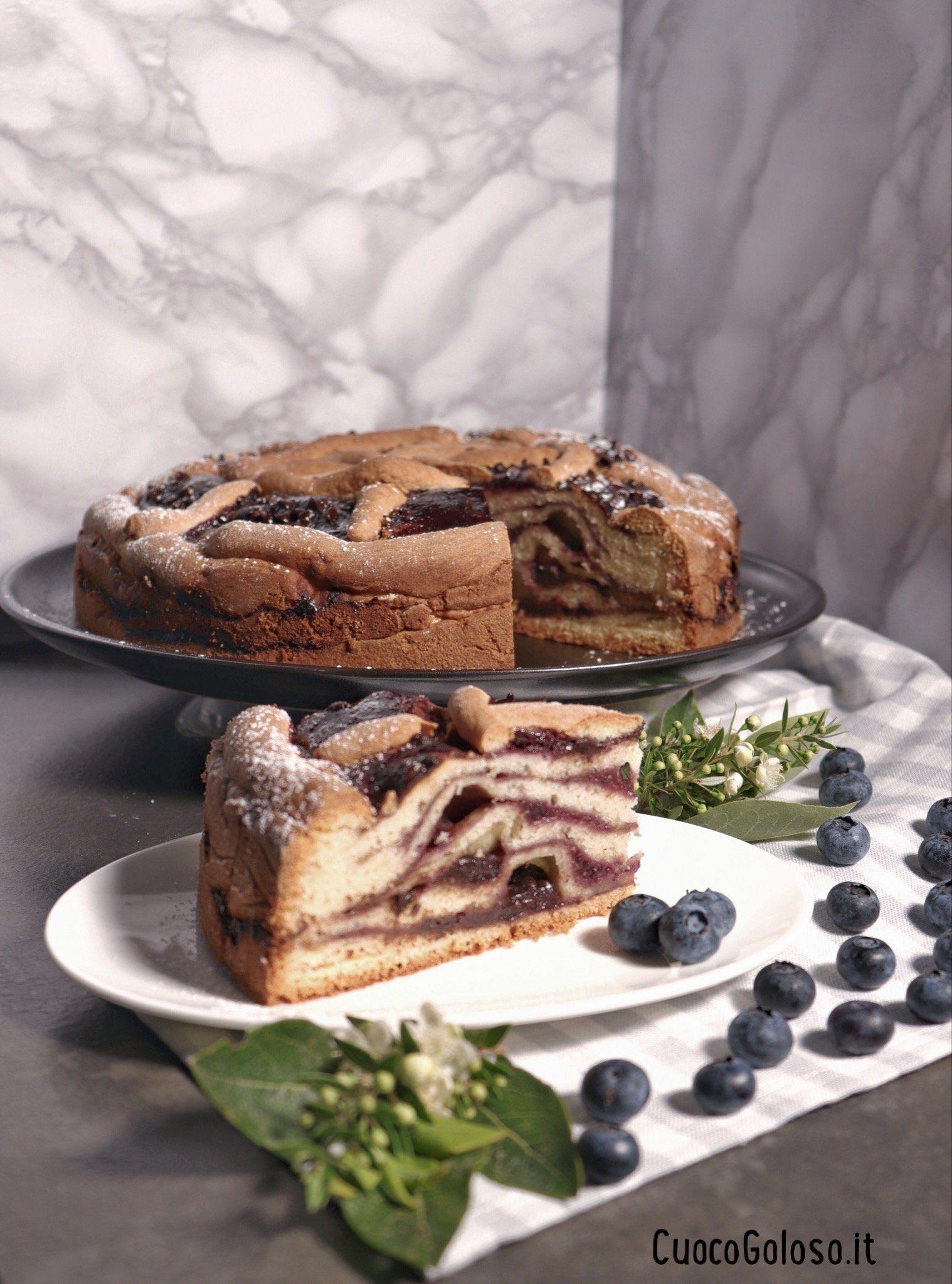 Torta Stratificata con Confettura di Mirtilli e Gocce di Cioccolato