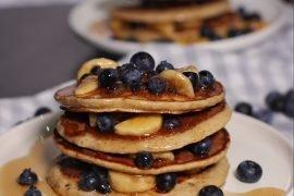 Pancakes Proteici con Mirtilli e Banane