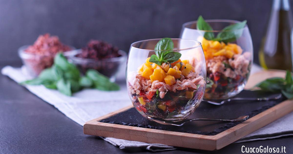 Insalata di Risi Scuri e Verdure con Salmone e Mango