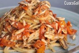 Spaghetti Quadrati con Alici Fresche, Pomodorini Gialli e Pinoli